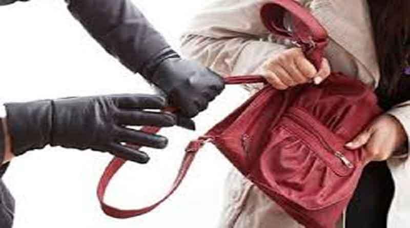 संडे मार्किट में महिला से पर्स झपटकर भागी दो महिलाएं, लोगों ने काबू कर की धुनाई