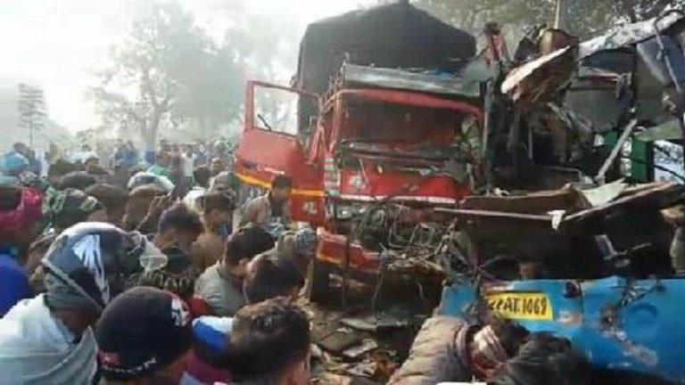 भीषण सड़क हादसे में बस और ट्रक के उड़े परखच्चे, 10 लोगों की गई जान
