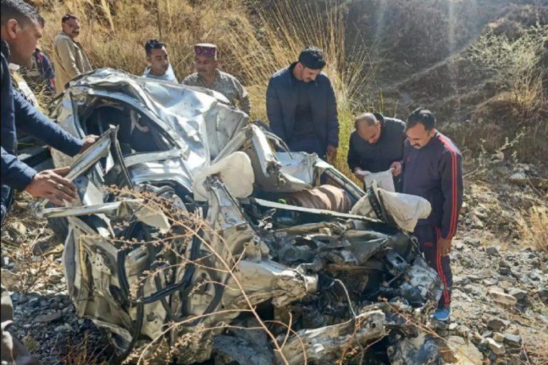 हिमाचल: 800 मीटर गहरी खाई में गिरी कार, दिल्ली के पिता-पुत्र सहित 3 की मौत