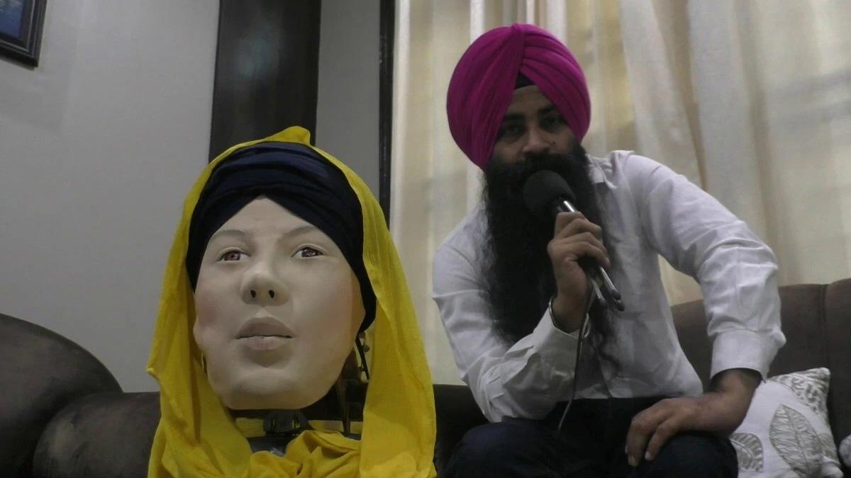 जालंधर के टीचर हरजीत सिंह ने बनाया पंजाबी बोलने और समझने वाला रोबोट, सरबंस कौर