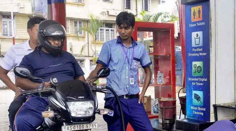 देश में पेट्रोल 100 के पार, केंद्र सरकार के अंतरिम बजट के बाद लगातार बढ़ रही हैं कीमतें