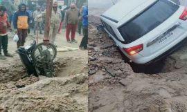 लुधियाना में हुआ भयानक हादसा, सीवरेज में खोदे गड्ढे में पहले गिरा मोटरसाइकिल, पीछे से गिरी कार हुए गंभीर घायल