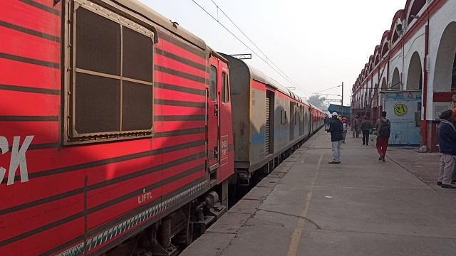 जालंधर कैंट स्टेशन पर किसानों ने रोकी कटड़ा एक्सप्रेस ट्रेन, ट्रैक पर दिया धरना