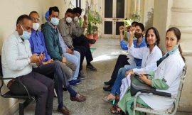 अमृतसर अस्पताल में फायरिंग के विरोध में पंजाब के डाक्टरों ने 2 घंटे बंद रखी ओपीडी, मरीज हुए परेशान
