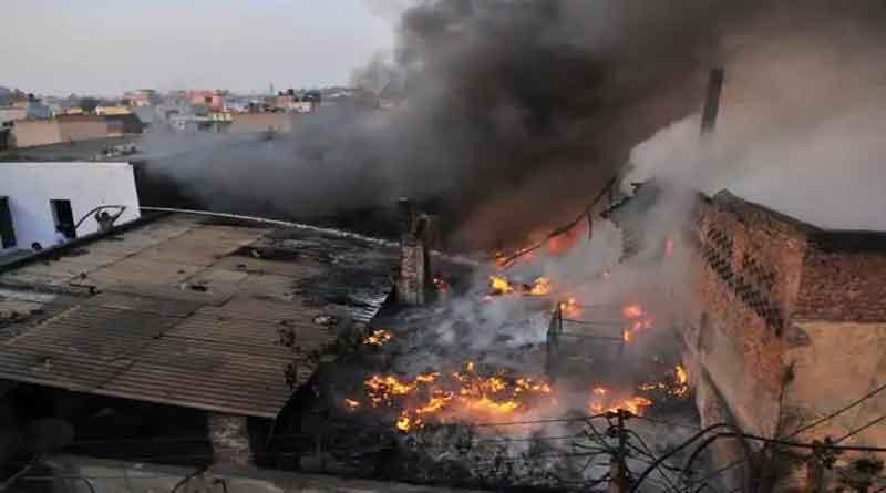 जालंधर में रबड़ फैक्टरी को लगी भीषण आग, लाखों का सामान हुआ जलकर राख