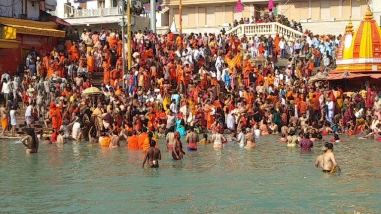 महाशिवरात्रि पर आज कुंभ का पहला शाही स्नान, लाखों श्रद्धालुओं ने पावन गंगा में लगाई डुबकी