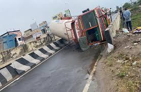 भोगपुर में बड़ा हादसाः गैस टैंकर पलटने से ड्राइवर की हुई मौत