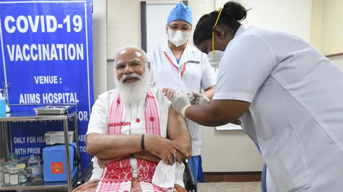 प्रधानमंत्री नरेंद्र मोदी ने लगवाई कोरोना वैक्सीन की पहली डोज, दिल्ली के एम्स में लगवाया टीका