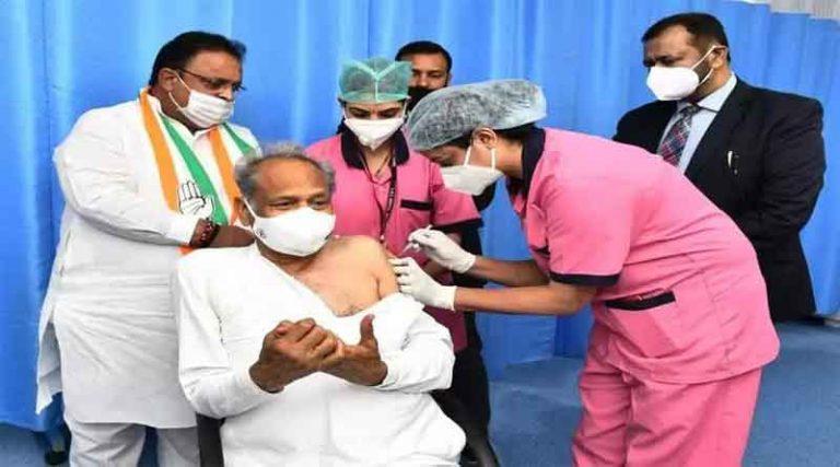 राजस्थान के मुख्यमंत्री अशोक गहलोत ने लगवाई कोरोना वैक्सीन, लोगों से की अपील, कहा- डरें नहीं, सुरक्षित है