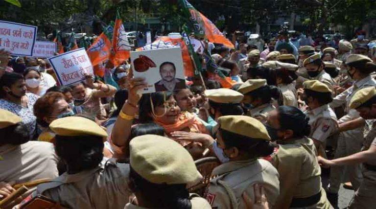 जालंधर में भाजपा महिला मोर्चा की पुलिस के साथ झड़प, कांग्रेस भवन का घेराव करने आई थीं कार्यकर्ता