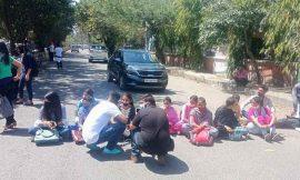दलित विद्यार्थियों ने लगाया डीसी दफ्तर के बाहर धरना और किया चक्का जाम, पढ़ें क्या है वजह…