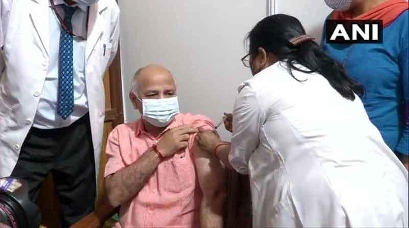 दिल्ली के उपमुख्यमंत्री मनीष सिसोदिया ने लगवाई कोरोना वैक्सीन की पहली डोज