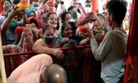 नवरात्रि के पहले दिन मंदिरों में श्रद्धालुओं की भारी भीड़, कोरोना नियमों की उड़ीं धज्जियां