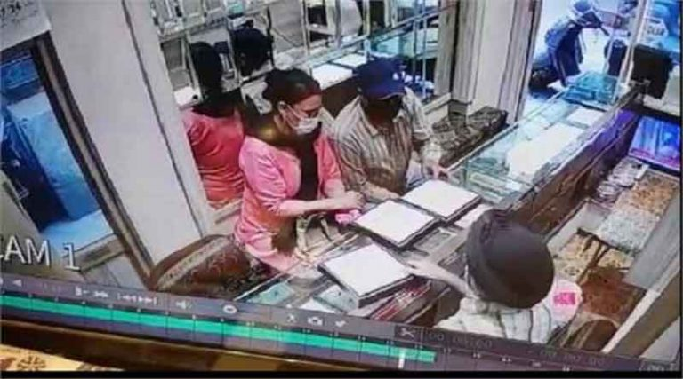 गहने खरीदने आई महिला सोने की चेन लेकर फरार, सीसीटीवी में कैद हुई घटना