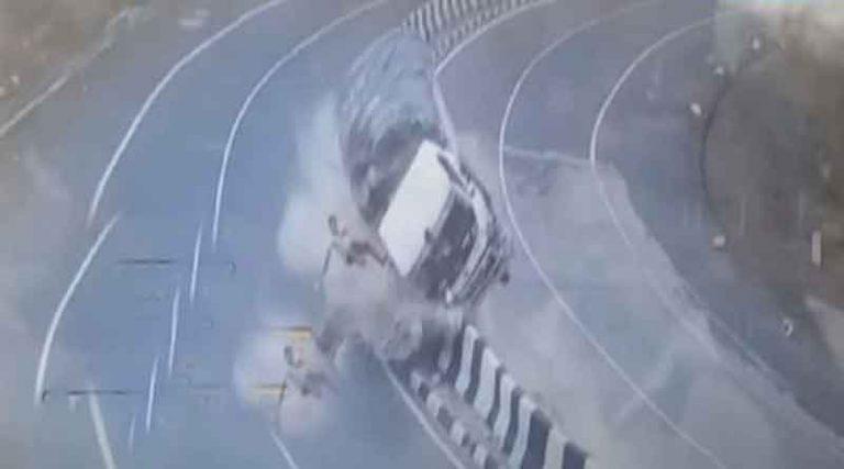 जबलपुर हाईवे पर हादसे में दो टुकड़ों में बंट गया ट्रक, कई फीट उछला ड्राईवर, देखें पूरी वीडियो…