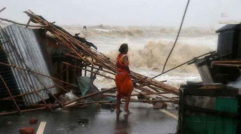यास तूफान ओड़िशा और बंगाल के तटों से टकराया, 140 किमी घंटे की रफ्तार से चली हवा