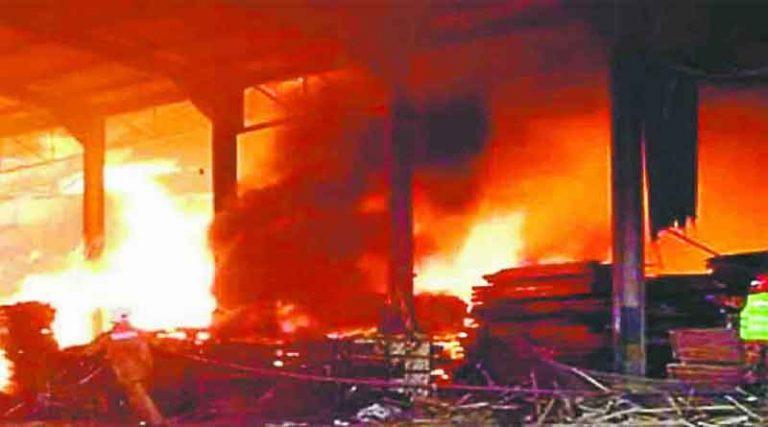 टांडा सब्जी मंडी में करियाना स्टोर पर लगी भीषण आग, लाखों रूपए का समान जलकर खाक
