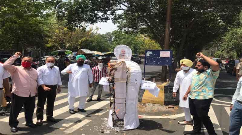 जालंधर में महंगाई के विरोध में विधायक राजिंदर बेरी ने समर्थकों संग फूंका केंद्र सरकार का पुतला, खड़काए बर्तन,