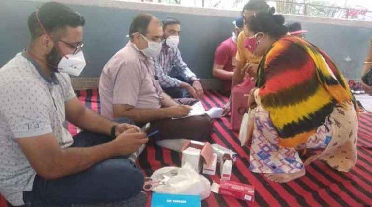 जालंधर में डाक्टरों का रोष प्रदर्शन, दरियों पर बैठकर की मरीजों की जांच, दी दवाई… पढ़ें पूरी खबर