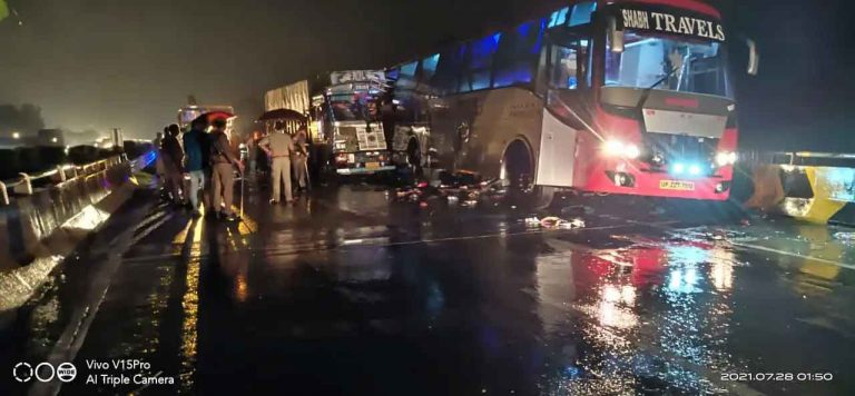 उत्तर प्रदेश में भीषण सड़क हादसा, ट्रक ने डबल डेकर बस को मारी टक्कर, 18 लोगों की मौत, 19 घायल