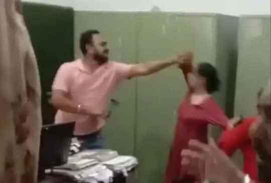 जालंधर के डीसी दफ्तर में भिड़े पति-पत्नी, पति की पत्नी ने सरेआम की चप्पलों से पिटाई