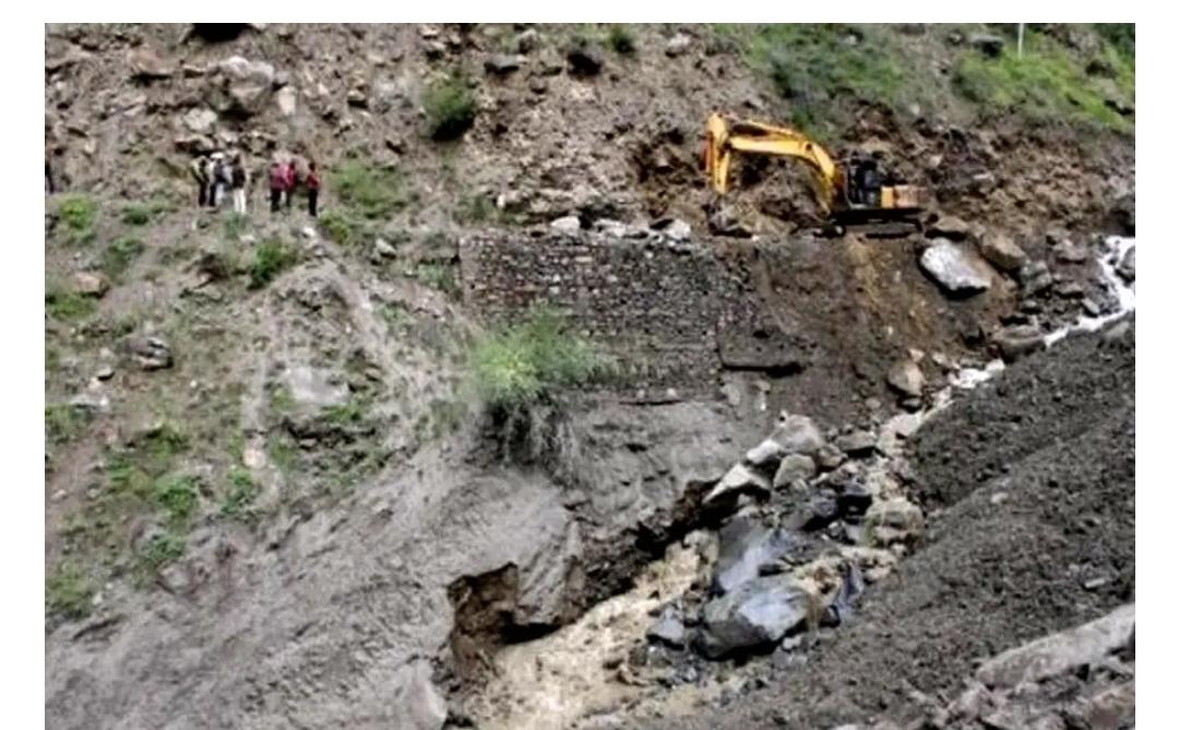 हिमाचल में भारी भूस्खलन, दो बचाव अधिकारियों की गई जान, दो अधिकारी लापता