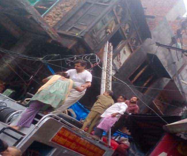 अमृतसर में बारिश ने मचाया कहर, 3 मंजिला मकान धराशाई, परिवार के 4 सदस्य मलबे में दबे, दमकल विभाग ने सुरक्षित निकाला