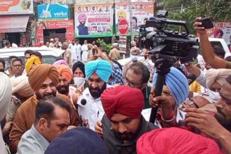 जालंधरः नवजोत सिद्धू को देखने के लिए बेकाबू हुई समर्थकों की भीड़, तोड़ा कांग्रेस भवन का दरवाजा
