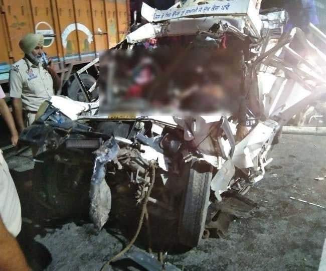दसूहा में दर्दनाक सड़क हादसा, टिप्परों की चपेट में आई लकड़ी से लदी पिकअप, 3 युवकों की मौत