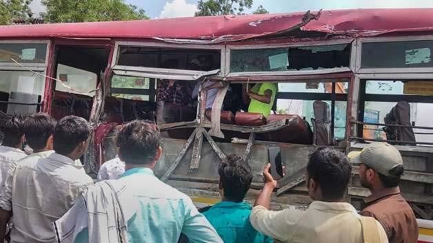 शाहजहांपुर में दर्दनाक सड़क हादसाः सड़क पर खड़े लोगों को कुचलते हुए पेड़ से टकराई बस, 3 की मौत, 14 गंभीर रूप से घायल