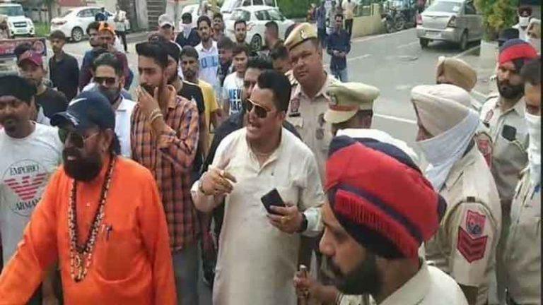 जालंधर में हिंदू संगठनों ने किया सांसद चौधरी के घर का घेराव, सांसद पर मामला दर्ज करने की मांग