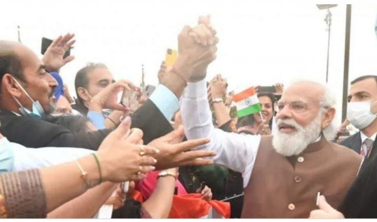 अमेरिका यात्रा से लौटे प्रधानमंत्री मोदी, सुरक्षा घेरा तोड़ लोगों से मिलाया हाथ