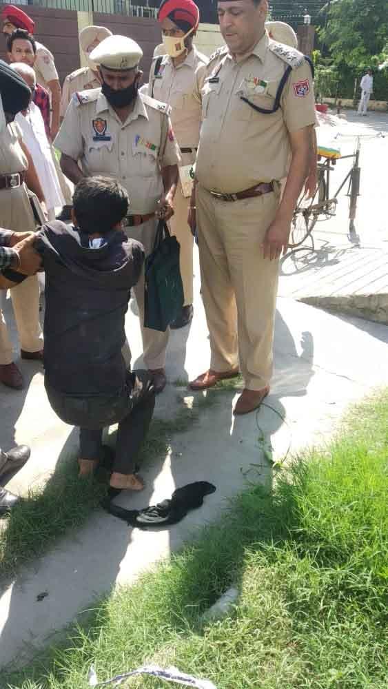 जालंधर में पुलिस सुस्त, लुटेरे चुस्त, देओल नगर घर के बाहर खड़ी महिला को लुटेरे ने मारा चाकू, आरोपी गिरफ्तार