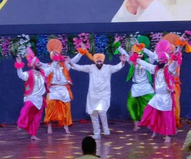 पंजाब के सीएम चन्नी का भंगड़ा, कपूरथला में मुख्यमंत्री ने मंच पर कलाकारों के साथ जमाया रंग