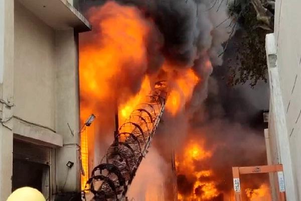 जालंधर के बस्ती शेख में चप्पल फैक्ट्री के अंदर लगी भीषण आग, लाखों का सामान जलकर हुआ राख